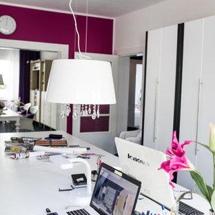 ベルリンの中サイズのエクレクティックスタイルのおしゃれな書斎 (カーペット敷き、自立型机、黒い床、赤い壁) の写真