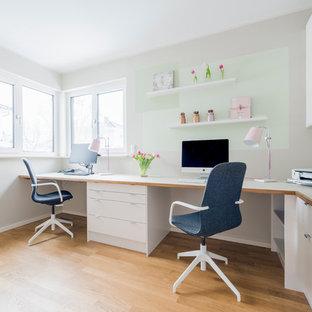 Bureau avec un sol en bois brun Berlin : Photos et idées déco de bureaux