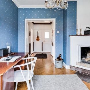 Inspiration för ett lantligt arbetsrum, med blå väggar, mellanmörkt trägolv och ett fristående skrivbord