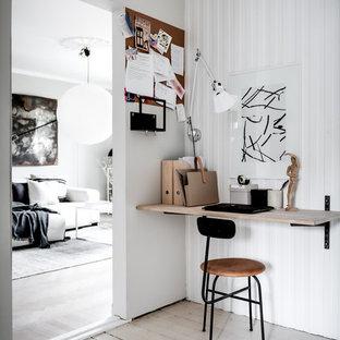 Idéer för ett litet modernt hemmabibliotek, med vita väggar, ljust trägolv, ett inbyggt skrivbord och beiget golv