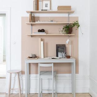 Idéer för att renovera ett litet skandinaviskt arbetsrum, med ljust trägolv, ett fristående skrivbord, beiget golv och beige väggar