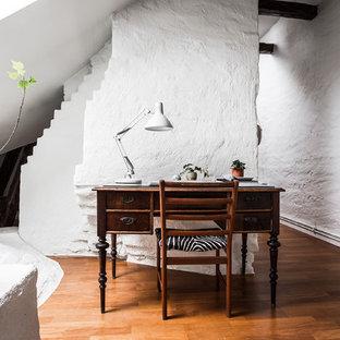 Idéer för mellanstora skandinaviska arbetsrum, med vita väggar, mellanmörkt trägolv och ett fristående skrivbord