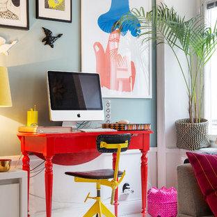 Exempel på ett stort eklektiskt hemmabibliotek, med målat trägolv, ett fristående skrivbord och blå väggar