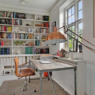 Foto di un ufficio nordico di medie dimensioni con pareti bianche, pavimento in legno verniciato, nessun camino e scrivania autoportante