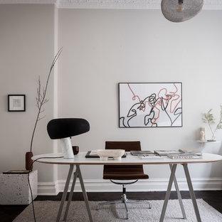 Inredning av ett minimalistiskt arbetsrum