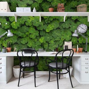 Cette photo montre un bureau scandinave avec un mur vert.