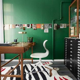 Idéer för att renovera ett mellanstort eklektiskt hemmabibliotek, med gröna väggar, mellanmörkt trägolv och ett fristående skrivbord