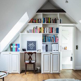 Exempel på ett mellanstort klassiskt arbetsrum, med vita väggar, mellanmörkt trägolv och ett inbyggt skrivbord
