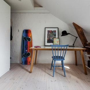 Idéer för små eklektiska arbetsrum, med vita väggar, ett fristående skrivbord och beiget golv