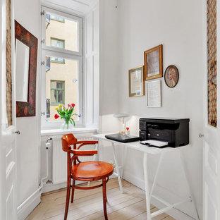 Idéer för ett minimalistiskt arbetsrum, med vita väggar, ljust trägolv, ett fristående skrivbord och beiget golv