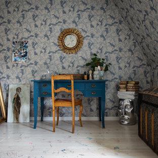 Idéer för att renovera ett mellanstort eklektiskt hemmastudio, med flerfärgade väggar, linoleumgolv, ett fristående skrivbord och beiget golv