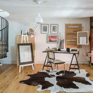 Idéer för ett mellanstort rustikt hemmastudio, med vita väggar, ljust trägolv och ett fristående skrivbord