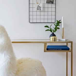 Inspiration för minimalistiska hemmabibliotek, med vita väggar, mellanmörkt trägolv och ett fristående skrivbord