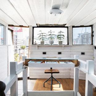 Nordisk inredning av ett litet arbetsrum, med vita väggar