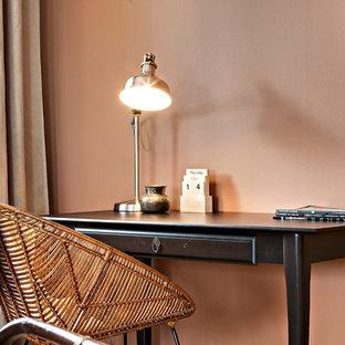 Стильный дизайн: кабинет среднего размера в скандинавском стиле с отдельно стоящим рабочим столом и розовым полом - последний тренд