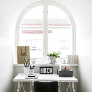 Inspiration för skandinaviska hemmastudior, med vita väggar och ett fristående skrivbord