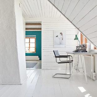Idées déco pour un bureau scandinave de taille moyenne avec un mur blanc, un sol en bois peint, un bureau indépendant et un sol blanc.