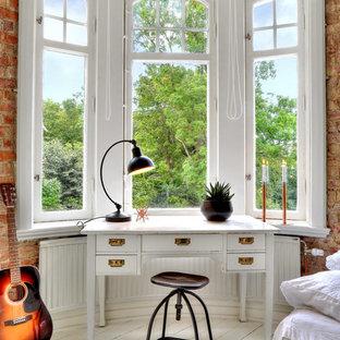 ヨーテボリの小さいトランジショナルスタイルのおしゃれなホームオフィス・書斎 (塗装フローリング、自立型机、白い床、赤い壁) の写真
