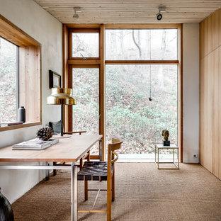 Idéer för ett stort minimalistiskt arbetsrum, med vita väggar, heltäckningsmatta och ett fristående skrivbord