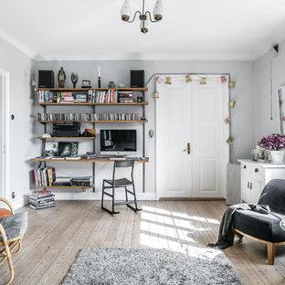 ストックホルムの中くらいの北欧スタイルのおしゃれなホームオフィス・書斎 (グレーの壁、淡色無垢フローリング、暖炉なし、ベージュの床) の写真