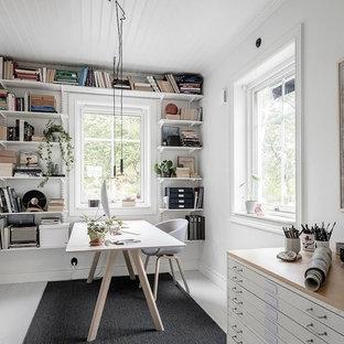 Idéer för nordiska arbetsrum, med ett bibliotek, vita väggar, målat trägolv, ett fristående skrivbord och vitt golv