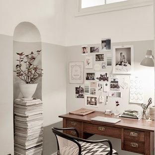 Idées déco pour un petit bureau scandinave avec un mur multicolore, un bureau indépendant, béton au sol et aucune cheminée.