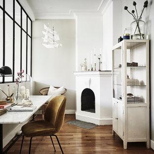 Imagen de sala de manualidades escandinava, de tamaño medio, con paredes blancas, suelo de madera en tonos medios y escritorio independiente