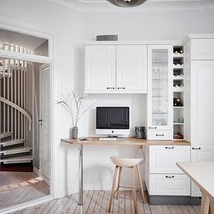 Inspiration för små nordiska arbetsrum, med vita väggar, ljust trägolv, ett inbyggt skrivbord och beiget golv