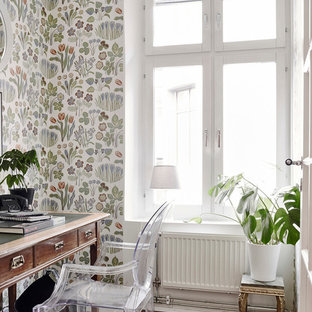 Esempio di un piccolo ufficio nordico con pareti multicolore, parquet scuro, scrivania autoportante e nessun camino