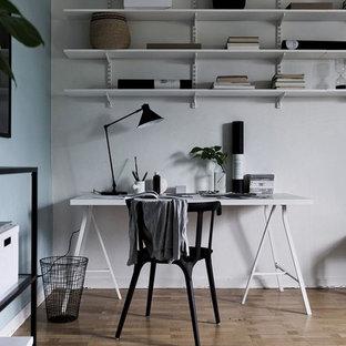 Exempel på ett mellanstort nordiskt arbetsrum, med flerfärgade väggar, mellanmörkt trägolv, ett fristående skrivbord och brunt golv