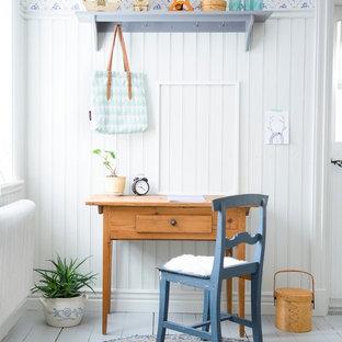 Idéer för att renovera ett litet skandinaviskt arbetsrum, med vita väggar, målat trägolv och ett fristående skrivbord