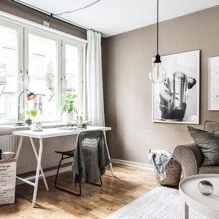 Idées déco pour un bureau scandinave avec un mur marron.
