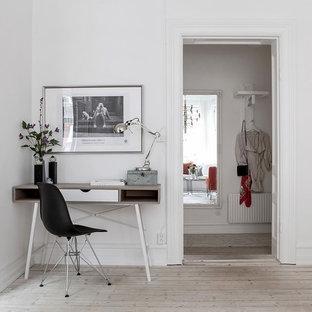 Inspiration för skandinaviska arbetsrum, med vita väggar, ljust trägolv, ett fristående skrivbord och beiget golv