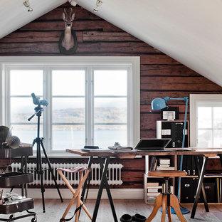 Idéer för att renovera ett mellanstort rustikt hemmastudio, med ljust trägolv, ett fristående skrivbord och bruna väggar