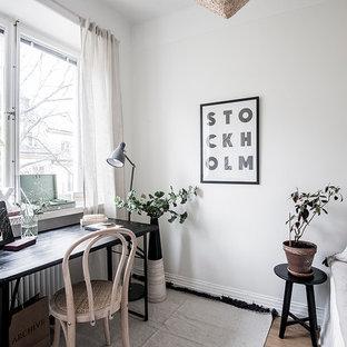Idéer för ett litet minimalistiskt arbetsrum, med vita väggar, ett fristående skrivbord, mörkt trägolv och brunt golv