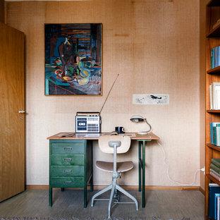 Idéer för 50 tals arbetsrum, med beige väggar, linoleumgolv, ett fristående skrivbord och grått golv