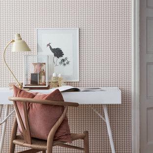 Idéer för ett mellanstort skandinaviskt arbetsrum, med rosa väggar, mellanmörkt trägolv och ett fristående skrivbord