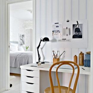 Aménagement d'un bureau scandinave avec un mur multicolore, un sol en bois clair et un bureau indépendant.
