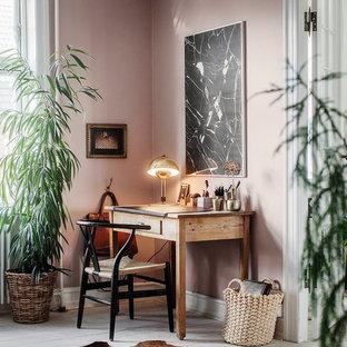 Bild på ett mellanstort skandinaviskt arbetsrum, med lila väggar, målat trägolv och ett fristående skrivbord
