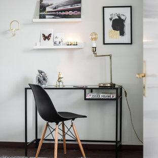 Cette image montre un bureau nordique de taille moyenne avec un mur blanc, un sol en bois foncé et un bureau indépendant.