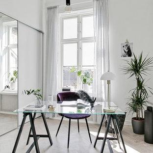 Idées déco pour un petit bureau scandinave avec un mur blanc et un bureau indépendant.