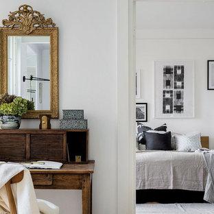 Idéer för att renovera ett mellanstort nordiskt arbetsrum, med vita väggar och ett fristående skrivbord