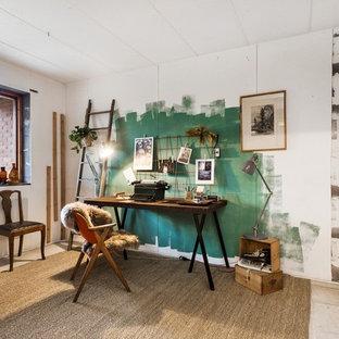 Mittelgroßes Industrial Arbeitszimmer ohne Kamin mit Studio, freistehendem Schreibtisch, Betonboden und weißer Wandfarbe in Stockholm