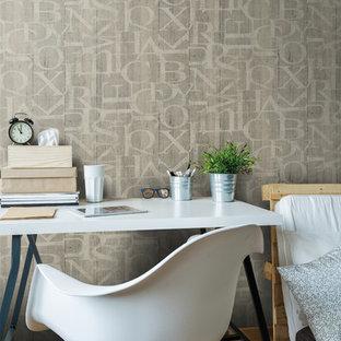 Пример оригинального дизайна: кабинет в скандинавском стиле с коричневыми стенами, паркетным полом среднего тона и отдельно стоящим рабочим столом