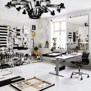 Immagine di un grande atelier bohémian con pareti bianche, pavimento in legno verniciato, nessun camino, scrivania autoportante e pavimento bianco