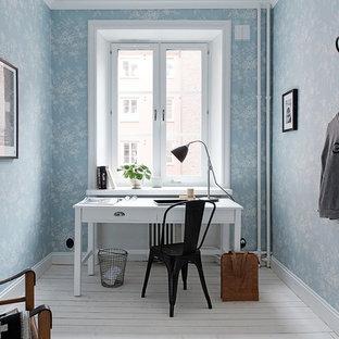 Idéer för att renovera ett mellanstort vintage hemmabibliotek, med blå väggar, målat trägolv och ett fristående skrivbord