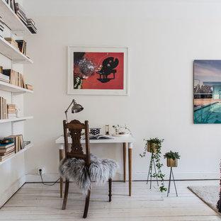 Inspiration för ett litet nordiskt arbetsrum, med vita väggar, ljust trägolv och beiget golv