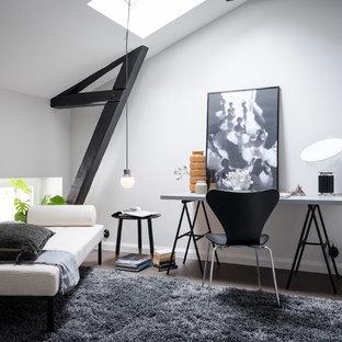 Inspiration för skandinaviska arbetsrum, med vita väggar, mörkt trägolv och brunt golv