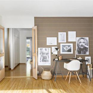 Idées déco pour un bureau scandinave de type studio avec un mur marron, un sol en bois brun, aucune cheminée et un bureau indépendant.