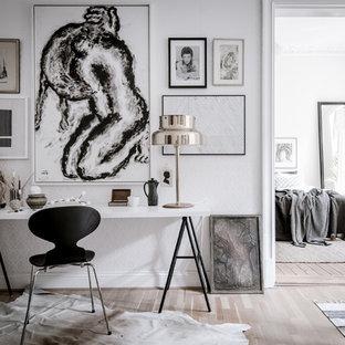 Idéer för att renovera ett stort skandinaviskt hobbyrum, med vita väggar, ljust trägolv och ett fristående skrivbord